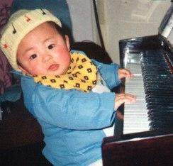 不到2岁就能在钢琴上准确无误地弹奏妈妈哼出的曲子。.jpeg
