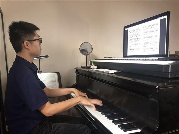 在上海爱乐乐团创作室潜心作曲。.jpeg