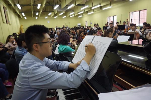 在上海爱乐乐团排练厅和乐队一起排练,边完善作品。.jpeg