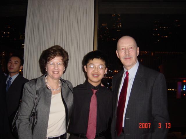 在茱莉亚音乐学院预科部学习钢琴时与钢琴系主任卡普林斯基教授(左)和预科部校长托马斯教授(右)合影。.jpg