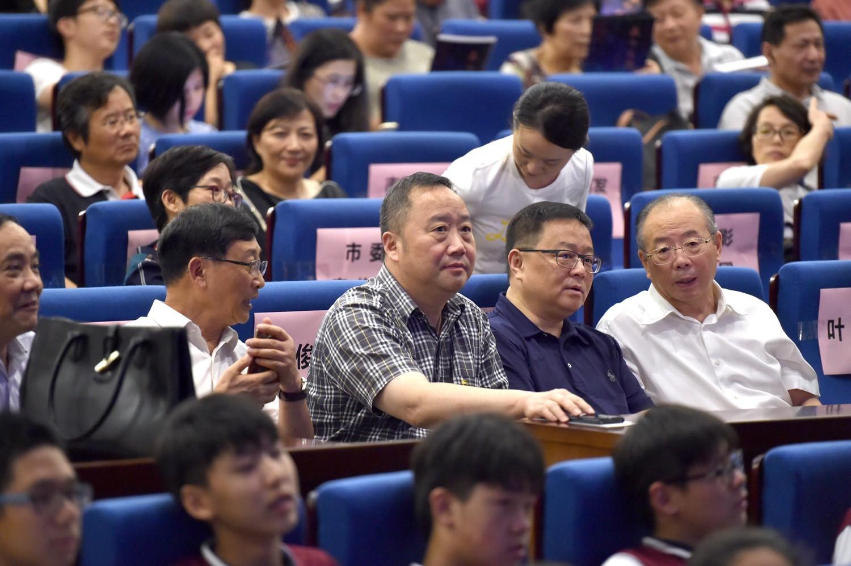 领导观看《天下之利》 右起:王荣华、胡劲军、滕俊杰、.JPG