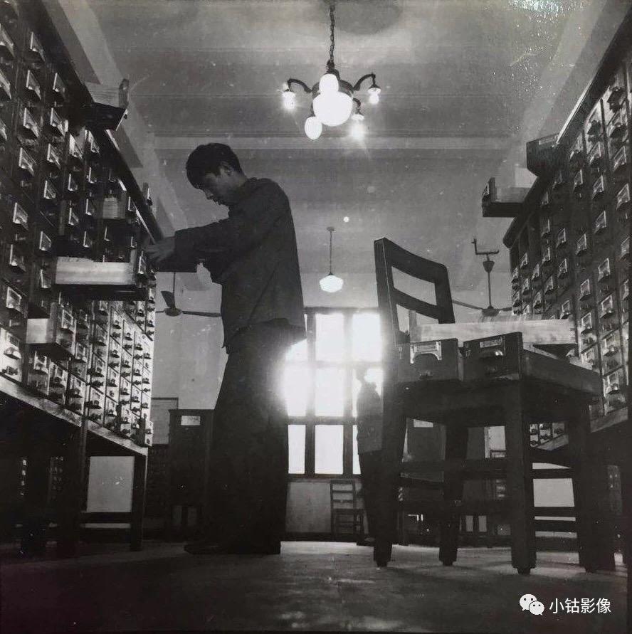 图八:当年的图书馆卡片柜。记得1980年代到图书馆查资料,先找卡片柜子查目录索引,然后按索引借阅文献资料,再然后就是抄录摘记下来。(图片来自网络).jpg
